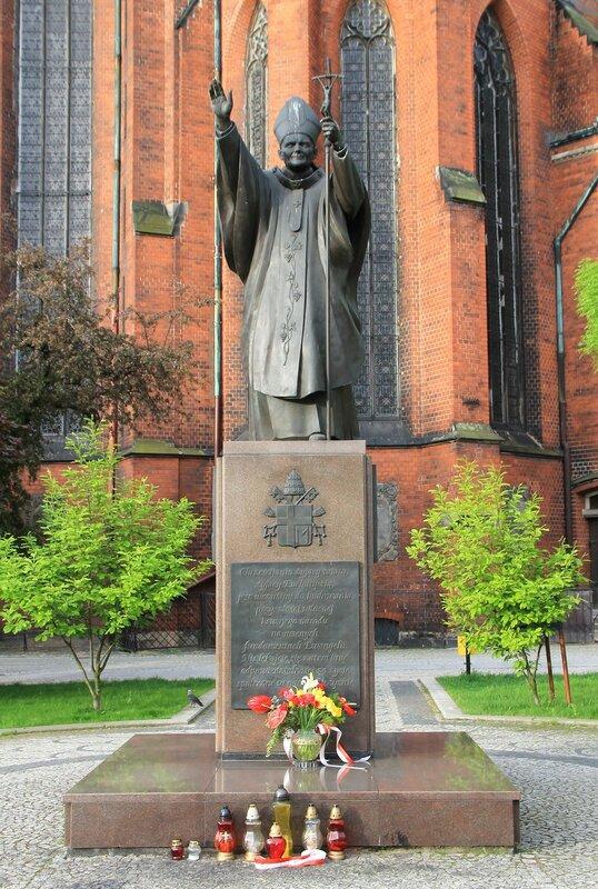 Легница. Памятник Иоанну Павлу II (Pomnik Jana Pawła II)