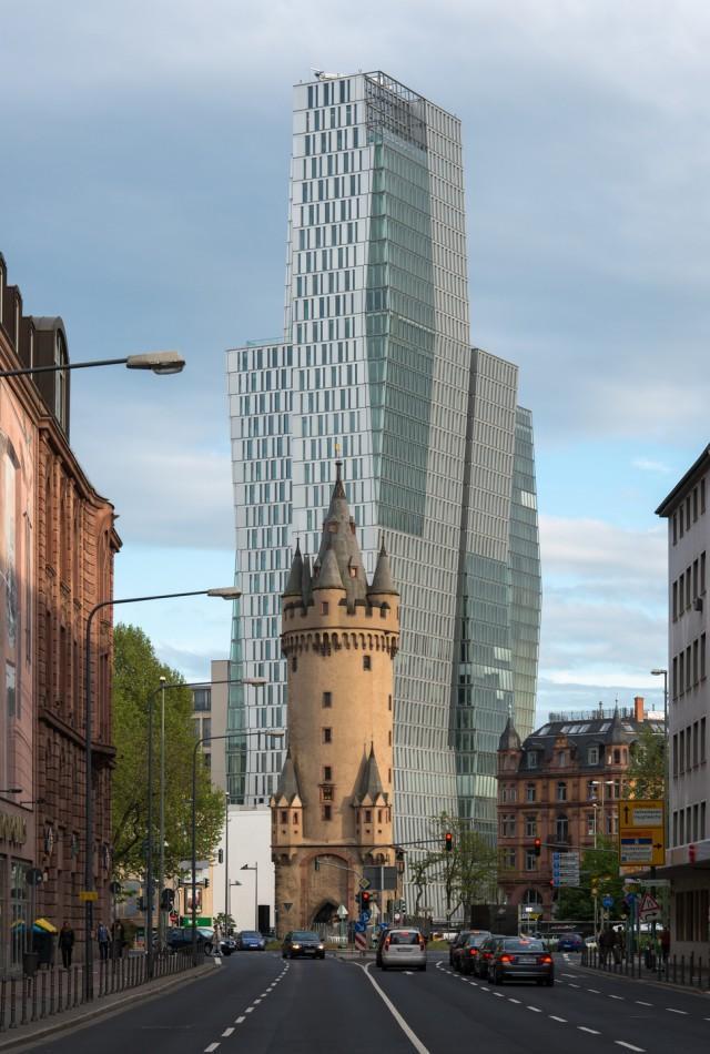 1. Франкфурт. Современный небоскреб Nextower и средневековая оборонительная башня Эшенхайм В 2011 го