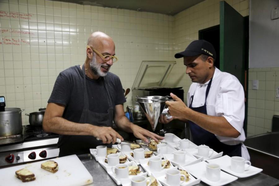 8. Владелец ресторана «La Isabela» Эдуардо Морено лично занят приготовлением блюд.