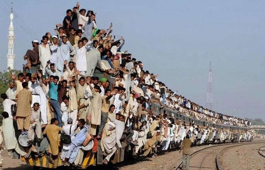 3. Самый переполненный поезд – Индия Посмотрев на это фото, все становится понятно без слов.