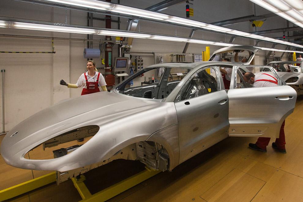 9. Рабочие появляются уже на этапе сборки кузовных деталей перед покраской.
