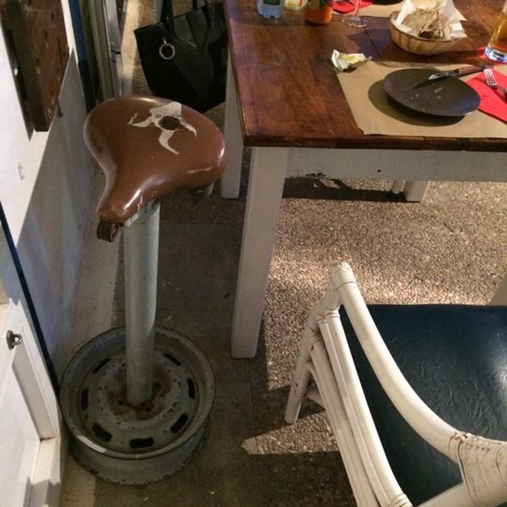Глядя на этот «стул», не знаешь, смеяться, плакать или воспринимать это как оскорбление. Дырявое вел