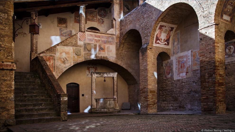 17. Со смотровой площадки башни открывается вид на черепичные крыши.