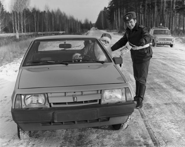 Постановочное фото. Дед Мороз за рулем новейшего ВАЗ-2108, которого остановил сотрудник ГАИ. На задн