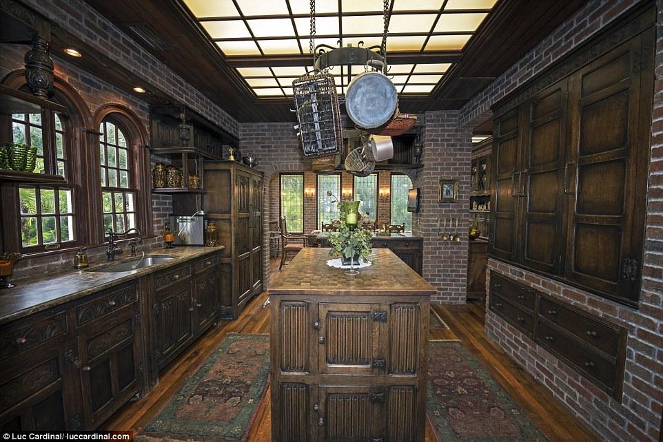 Четырехэтажный особняк теперь украшен роскошными портьерами, ореховыми и дубовыми панелями и витражн