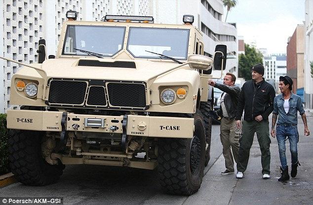 На черный день есть даже танк! Вот это человек готов обеспечить безопасность и досуг своей семьи. В