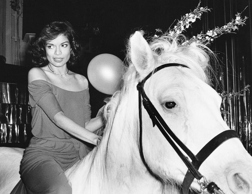 Бьянка Джаггер в свой день рождения въехала на белом коне в клуб Studio 54 в 1977 году.