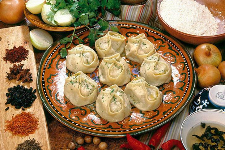 Манты — блюдо из мяса и теста, которое готовится на пару. В качестве начинки используется говядина,