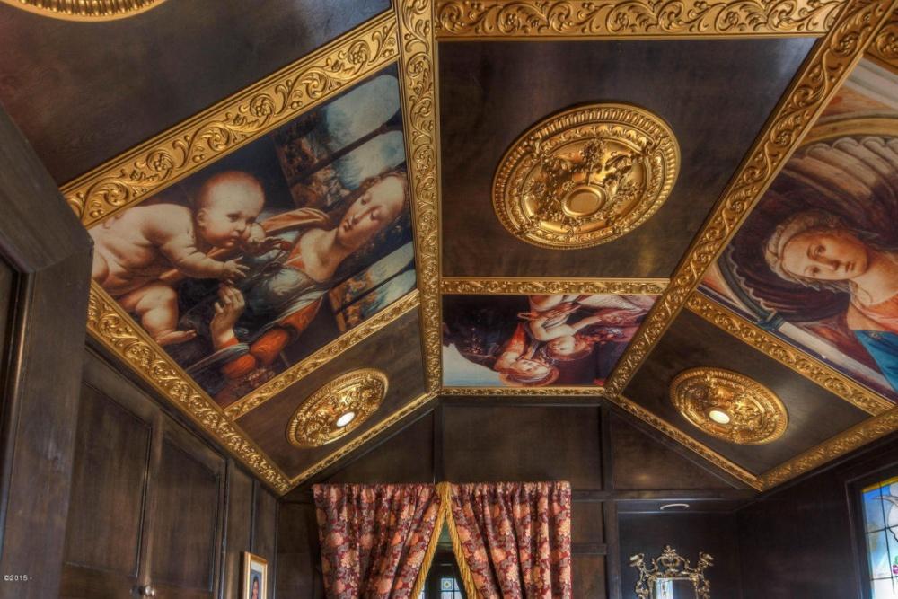 Хозяйская ванная декорирована библиотечным столом Викторианской эпохи, атакже расписным потолком и