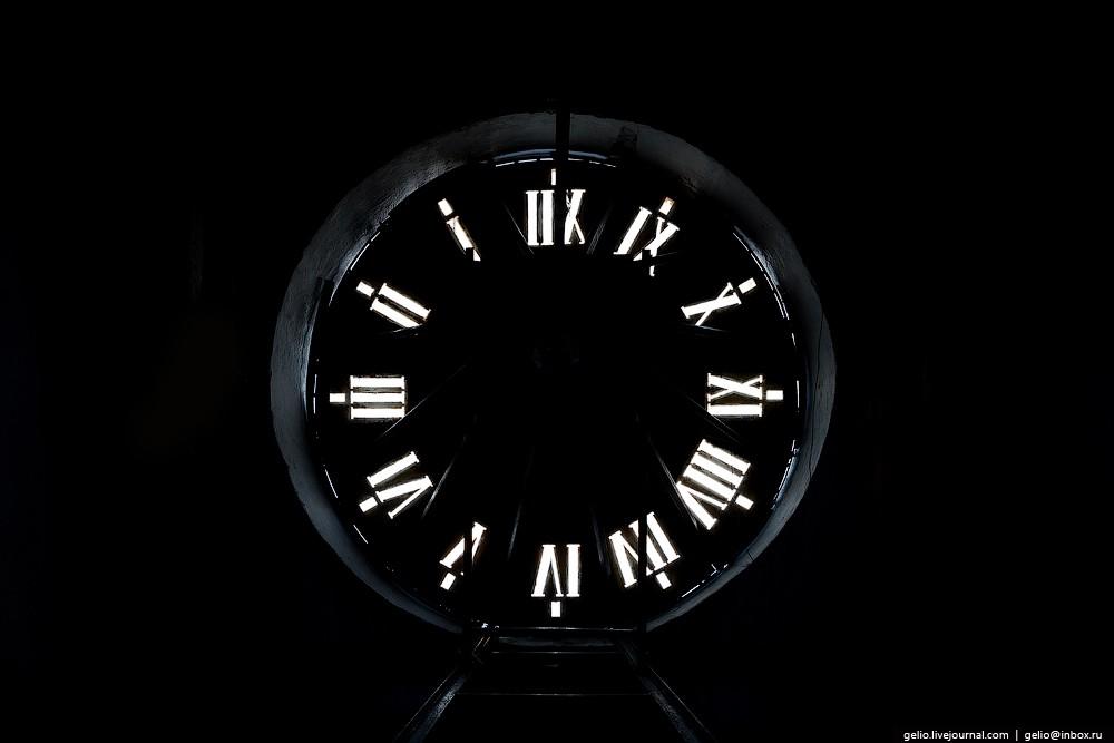 В башне на высоте 55 метров находятся самые большие часы в городе. Они работают с 1956 года.