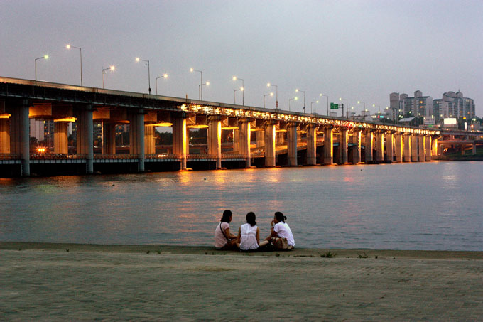 6. Деревня Букчон Ханок – отголосок традиционной КореиЛиния горизонта в Сеуле изрезана небоскрёбами,