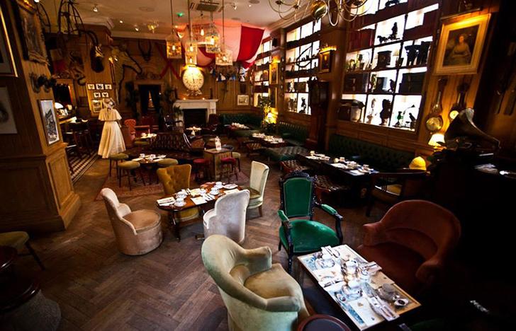 Этот лондонский бар определенно переехал к нам из Викторианской эпохи. Вас точно примут за своег