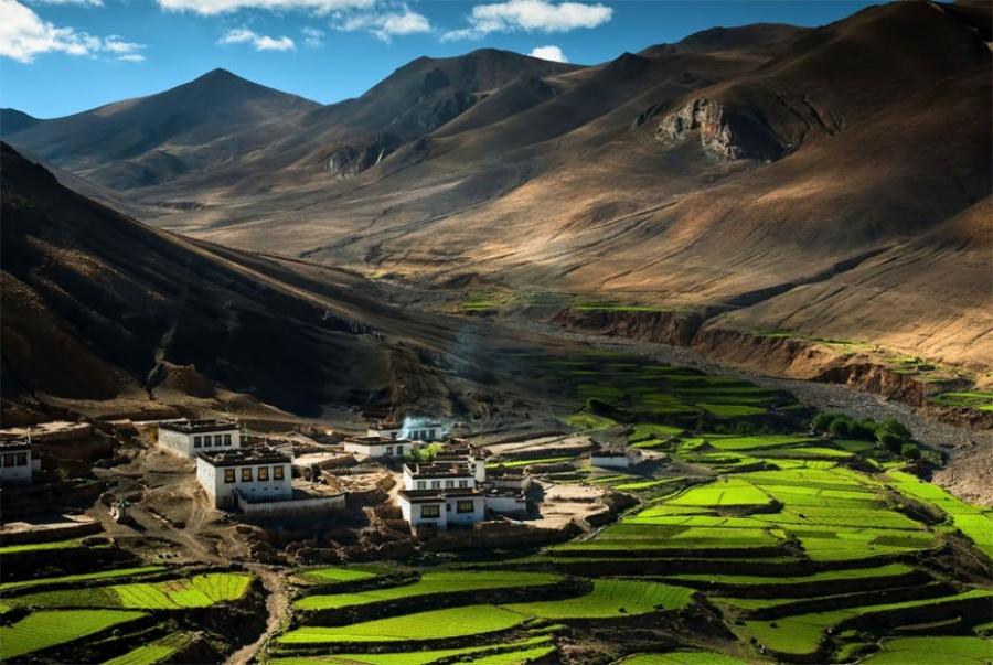 Это одна изтех затерянных вГималаях деревень, которые были построены для обслуживания нужд многочи