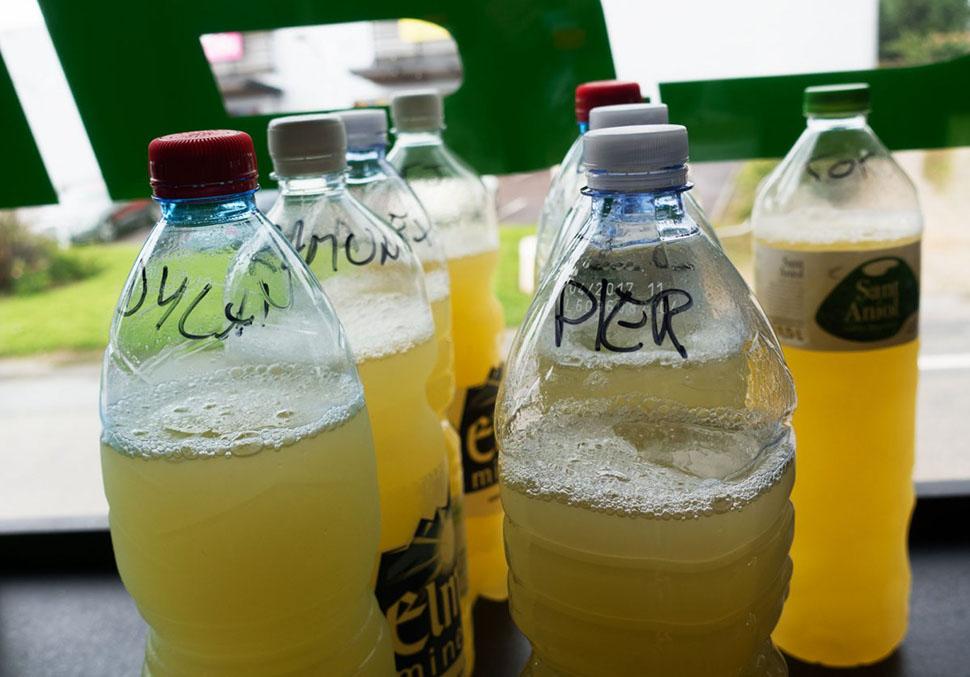 Если гонщик все еще обезвожен, после разбавленного ананасового сока Митчелл дает ему дополнительный