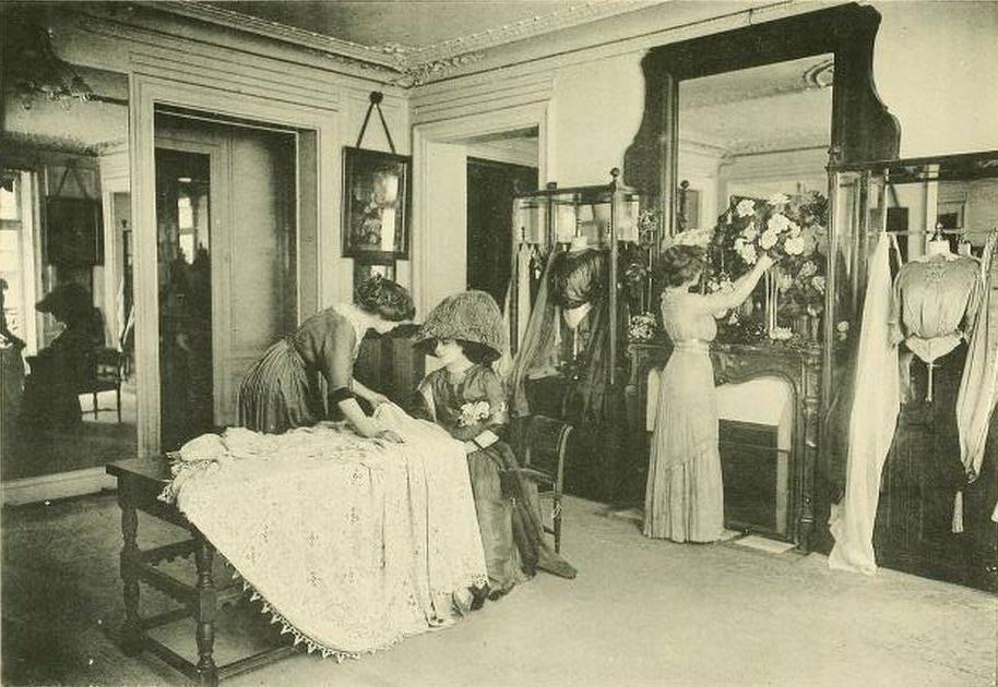 Модная одежда была высокого качества, а весь процесс ее изготовления — полностью ручным. Ткани выбир