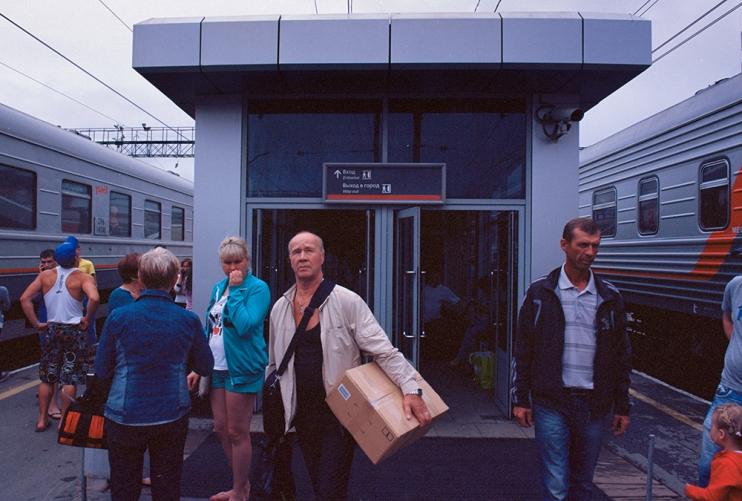 Российские вокзальные перроны — традиционное место для прощаний. Суматоха, толкающиеся пассажиры, гр