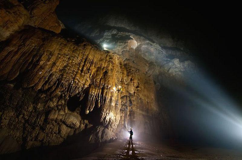 13. Миллионы лет капли воды, насыщенной углекислым газом, растворяли камень, создавая прекрасные зан