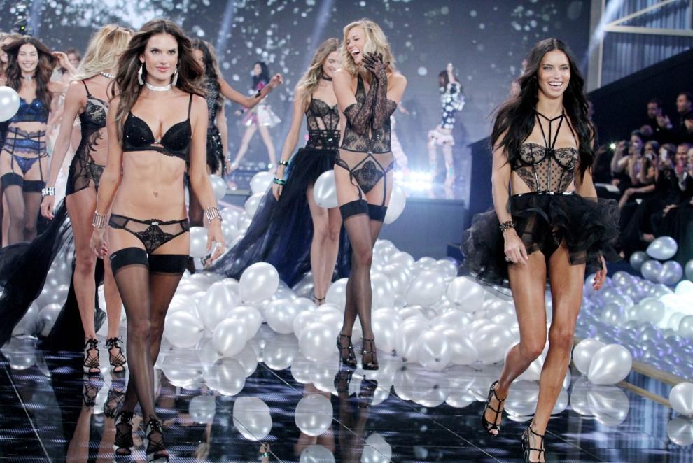 Модели в белье всемирно известной компании Victoria's Secret.