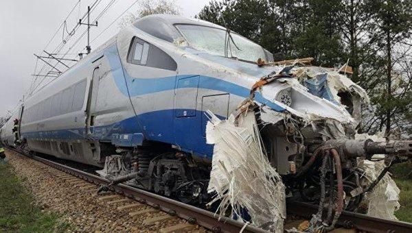 ВПольше 18 человек пострадали при столкновении поезда с грузовым автомобилем