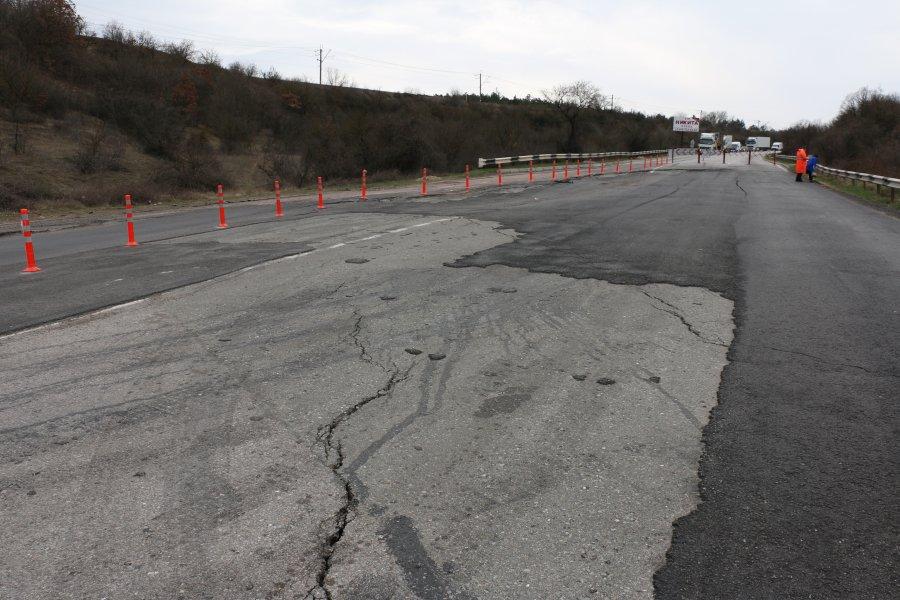 Оползень на дороге в Севастополе