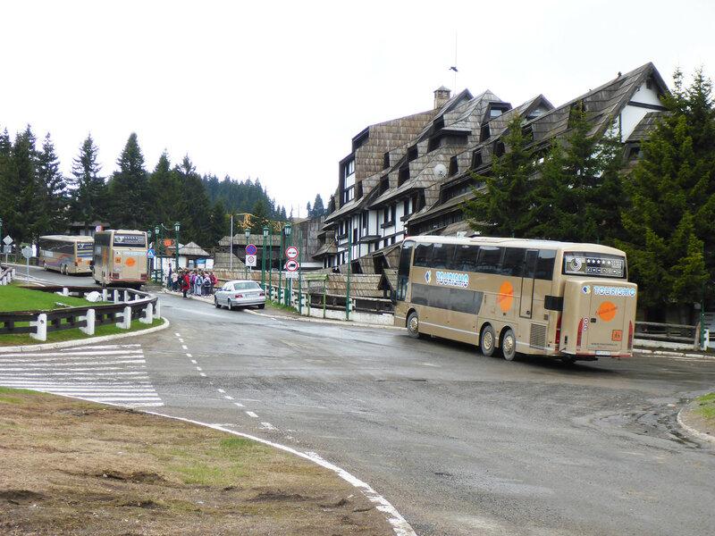 отель, ресторан, туристические автобусы, машины в копаонике