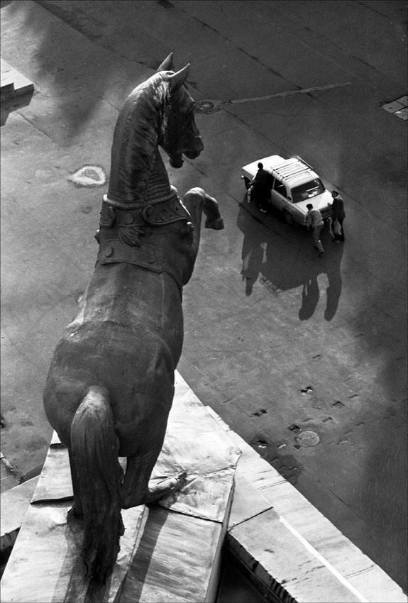 Скульптура коня на крыше Центрального московского ипподрома, 1990 год. Фото © Игорь Стомахин.jpg