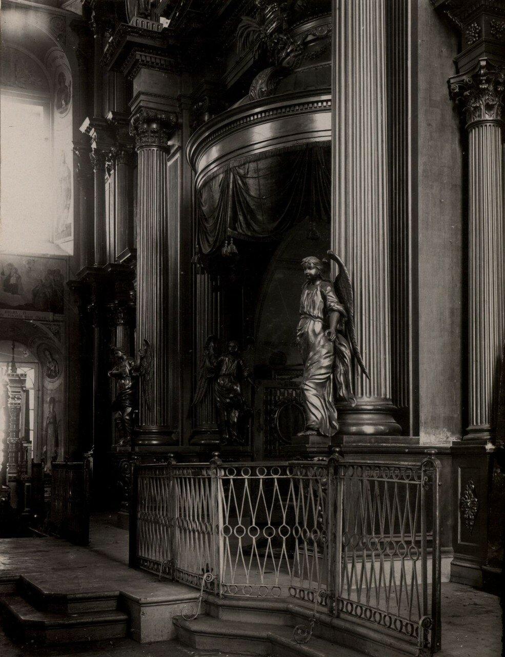 Солия и центральная часть иконостаса