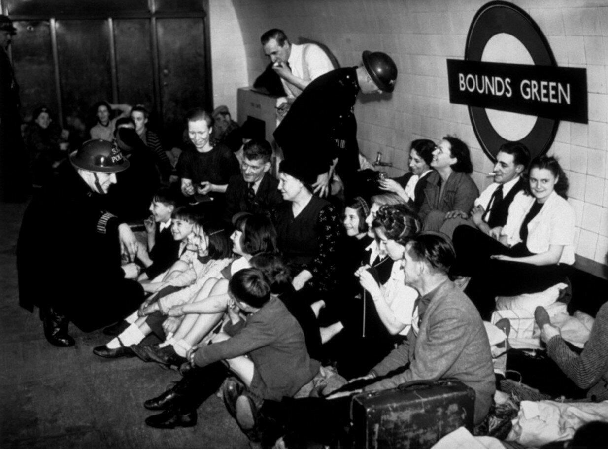 1940. Укрывшиеся от воздушного налета на станции «Баундс Грин». 5 декабря
