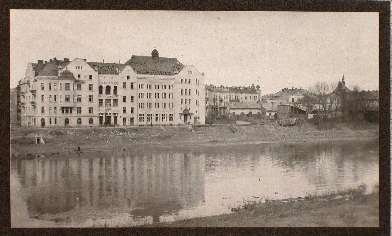 18. Вид на здание польского театра, черепичная крыша которого пострадала от взрыва мостов
