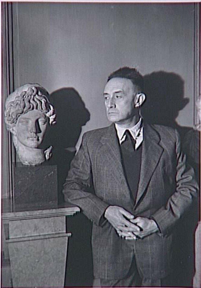 1953. Анри де Монтерлан (писатель) у себя дома на набережной Вольтера в Париже