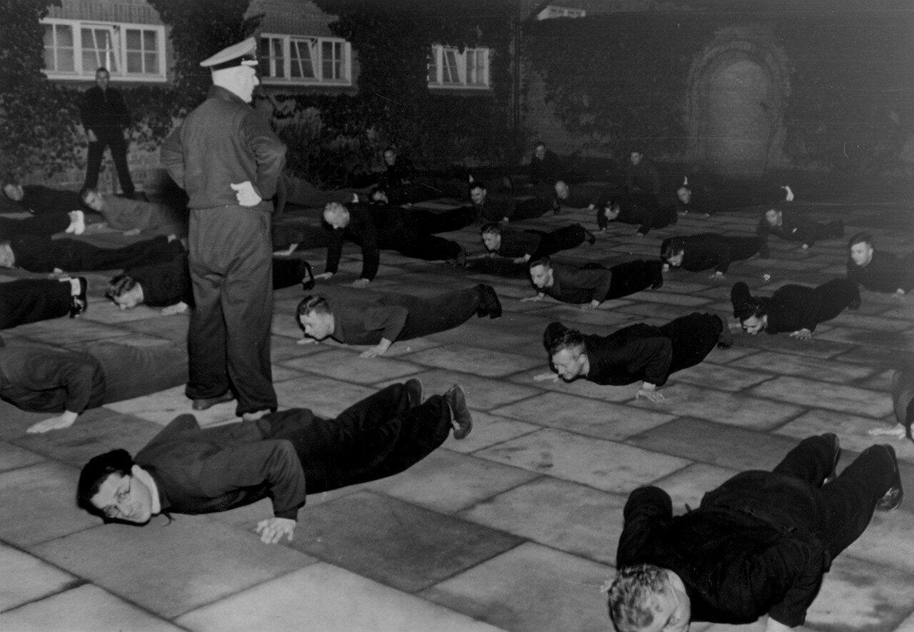 Утренняя гимнастика в учебном заведении НСДАП