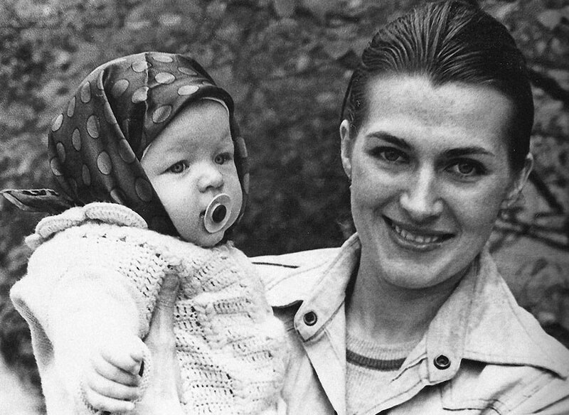 Галина Логинова с дочерью Милой, Киев, 1976 год.jpg