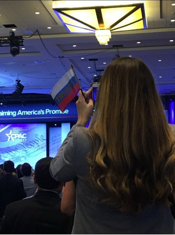 Трампа поддержали флагами России