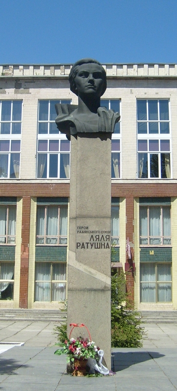 Памятник Ляле Ратушной в Виннице (у Дворца школьников)