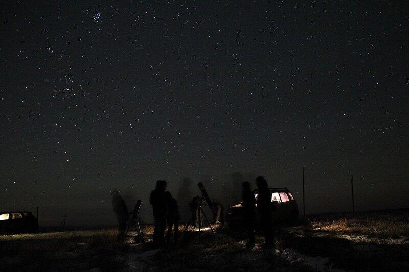 Астрономы-любители с телескопами на фоне звёздного неба и скопления Плеяды 23 ноября 2014 г. Астрономический выезд в Шалегово (Оричи, Кировская область)