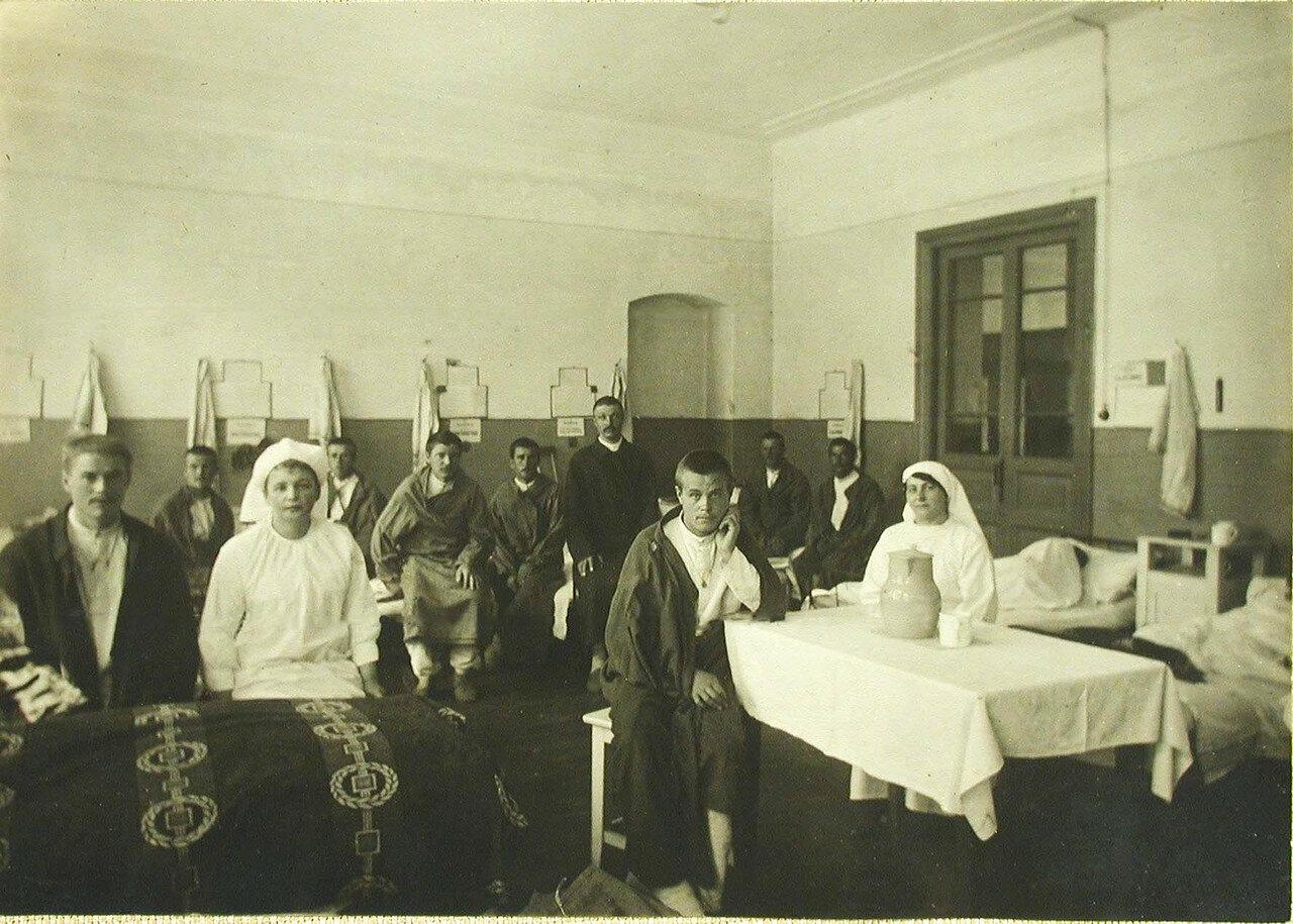 10. Раненые и сестры милосердия в палате №2