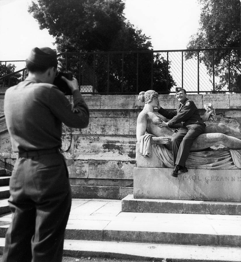 1945. Американские солдаты в саду Тюильри