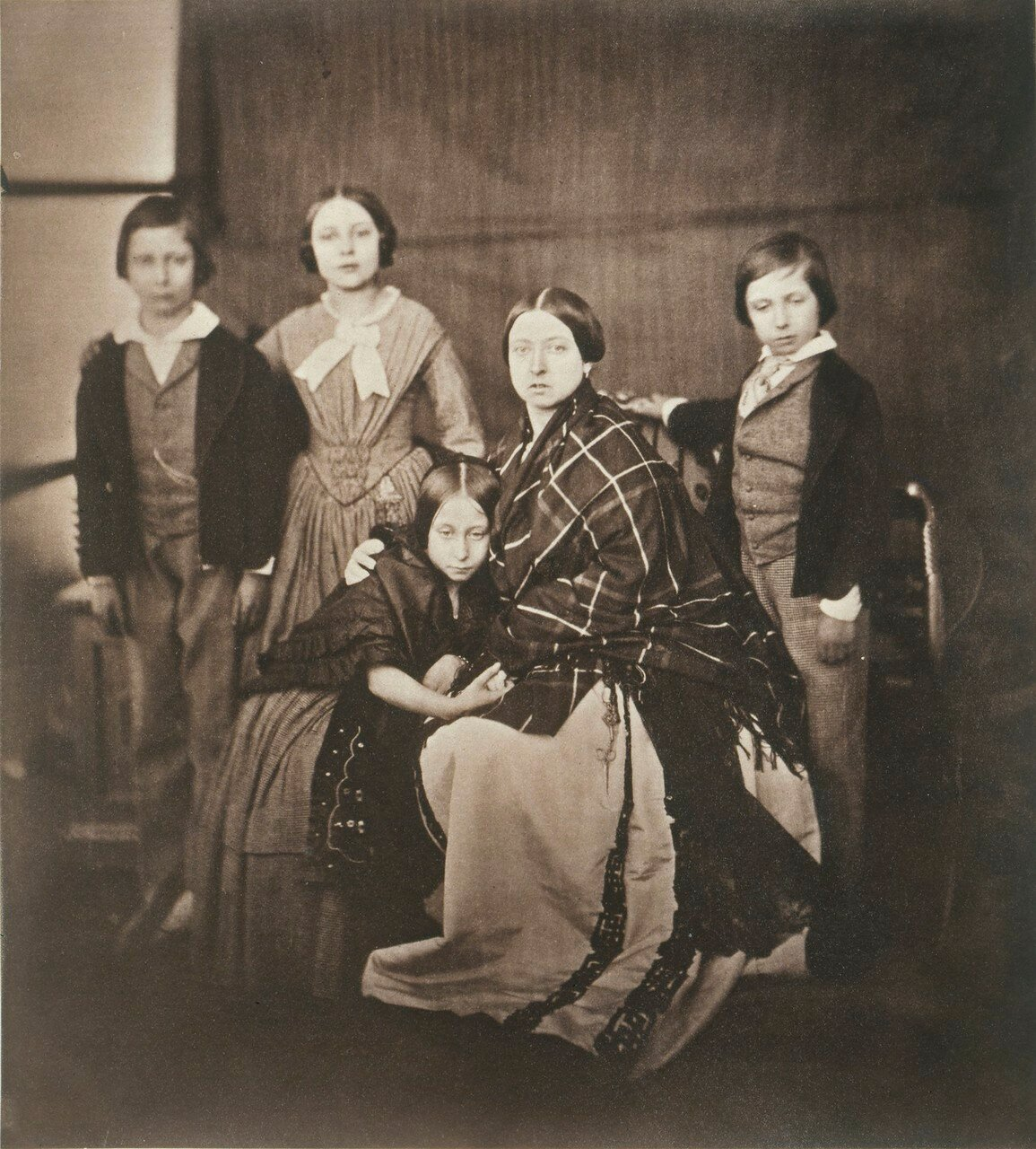 1854. Принц Уэльский, принцесса Алиса, королева Виктория, принц Альфред