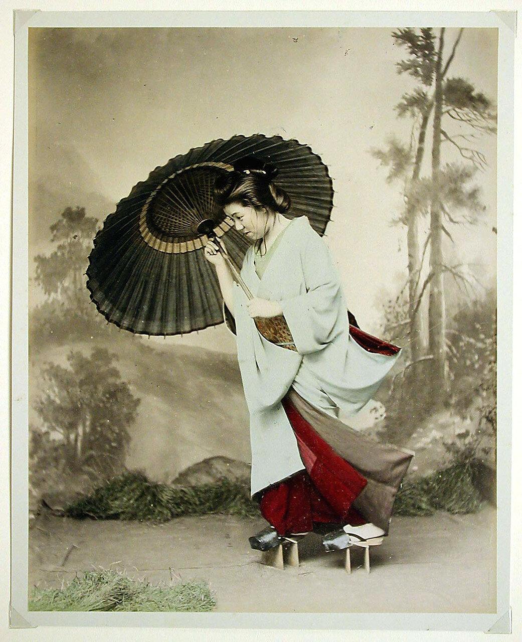 Женщина с зонтиком на ветру