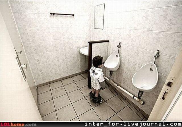 Мальчик в туалете