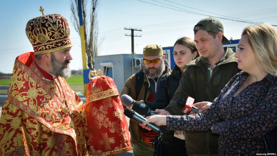 Крымский архиепископ Климент принял Благодатный огонь, который привезли из Киева до Херсона