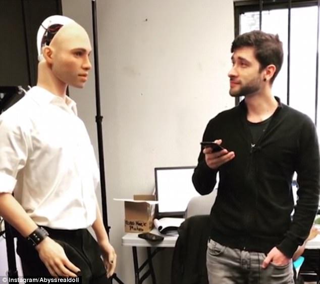 Главное в мужчине — чувство юмора: секс-робота для женщин научили шутить (2 фото)