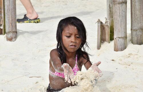 Строит замки из песка... Филиппины