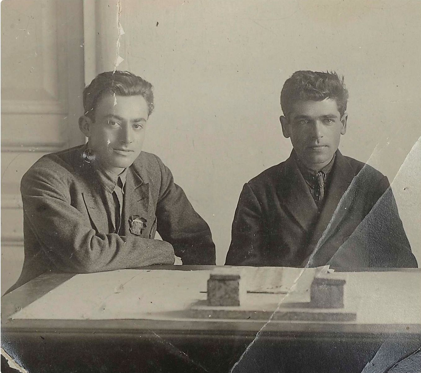 1920-е. Фото заведующего секретариатом Н. Бухарина Ефима Викторовича Цетлина с сотрудником