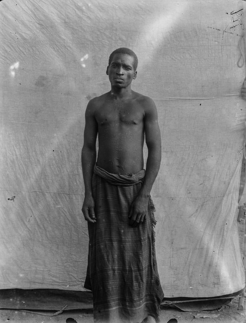 65. Портрет мужчины маконде с рубцами на груди