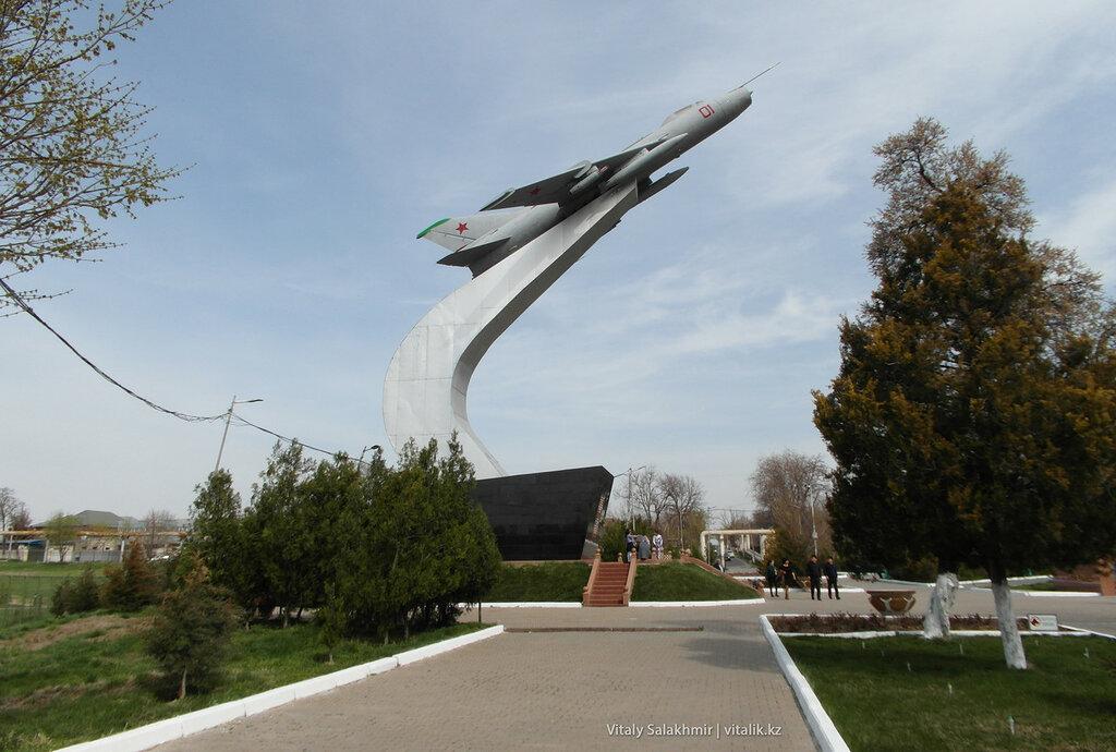 Самолет в парке Абая Шымкент