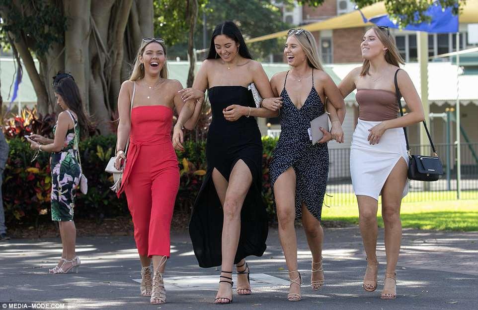 Queen Elizabeth Stakes day на скачках в Австралии Тысячи, провести, столько, посмотреть, скачки, сколько, показать, весело, время, Многие, Сильный, ветер, немного, подпортил, прически, девушек, сильно, пришли, Австралии, людей