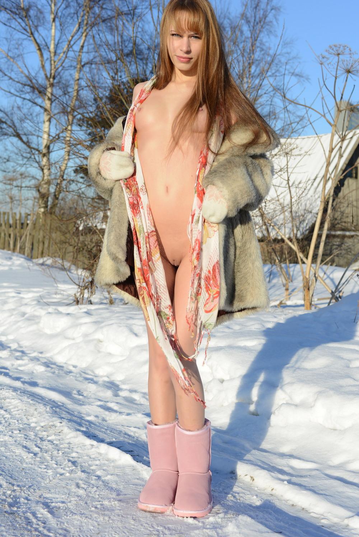Alma разделась зимой на прогулке
