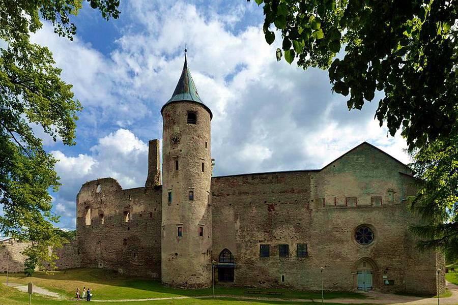 История, легенды и красоты Епископского замка (4 фото)