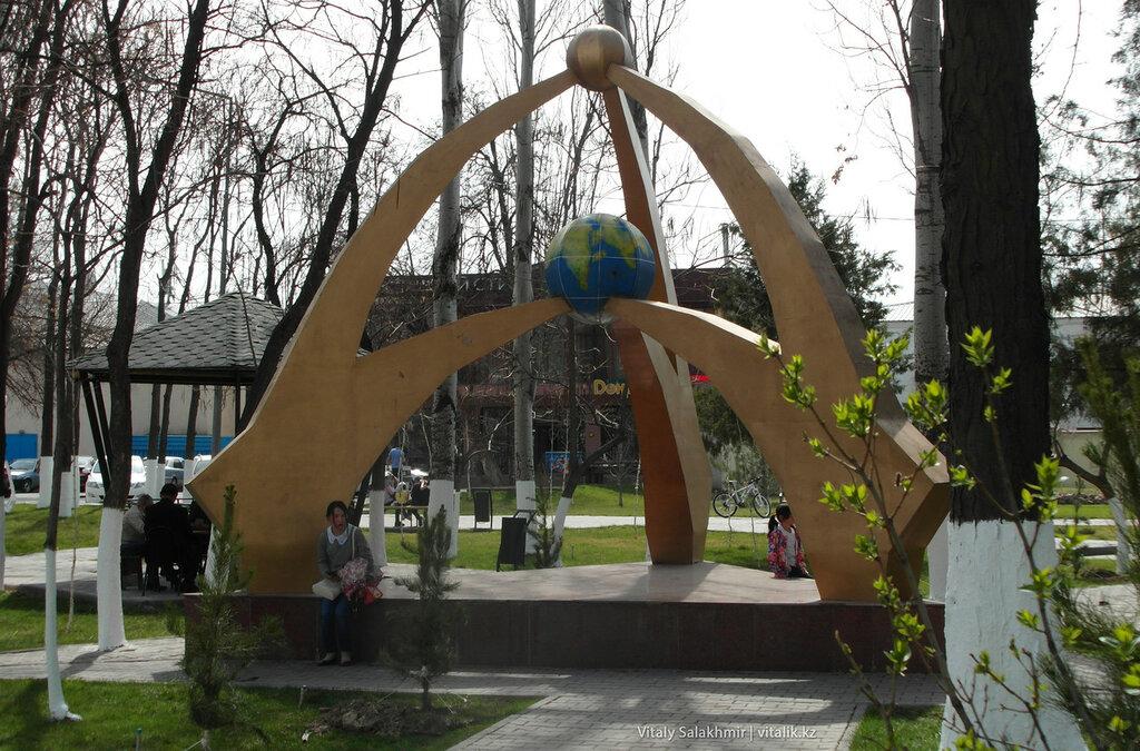 Инсталляция в центральном парке Шымкента